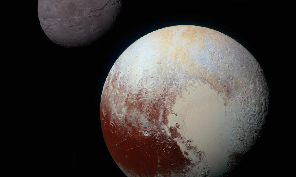 LIKE LITEN SOM MÅNEN: Pluto og har fått betegnelsen dvergplanet. her avfotografert rett foran sin måne, Charon. Charons diameter er halvparten så stor som Plutos. Det gjør Charon til den største månen i solsystemet i forhold til planeten den går rundt. Foto:  NASA/JHUAPL/SwRI