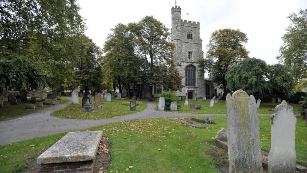 SERIEDRAPSSAK: Scotland Yard har siktet en 40-åring i Øst-London for drap på fire menn i tjueåra etter at likene dukket opp i eller i området rundt kirkegården ved St Margaret's Church i Barking. Foto: NTB Scanpix