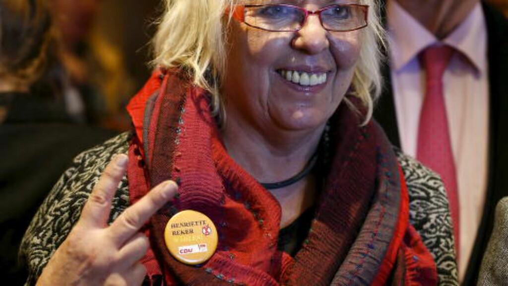 SEIERSLYKKE: En av Henriette Rekers støttespillere er åpenbart lykkelig over meldingen om at den alvorlig skadde politikeren vant valget i Køln. Foto: Reuters/Wolfgang Rattay
