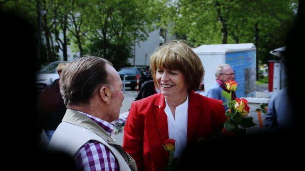 VALG I KOMA: Den tyske politikeren Henriette Reker ble lørdag stukket ned, da hun sto på stand i Køln. Da hun nå i kveld våknet opp fra koma, var det til nyheten om at hun vant valget med et flertall på 52,7 prosent. Her er hun fotografert like før angrepet skjedde. Foto:EPA/Oliver Berg