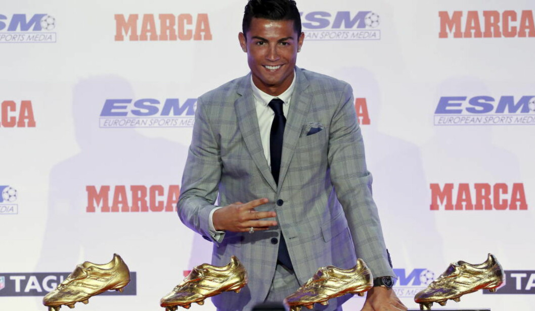 KAN BLI MER: Cristiano Ronaldo viser fram sine fire Gullstøvler i Madrid forrige uke. Han kan også vinne Gullballen.Foto: REUTERS/Andrea Comas/NTB Scanpix