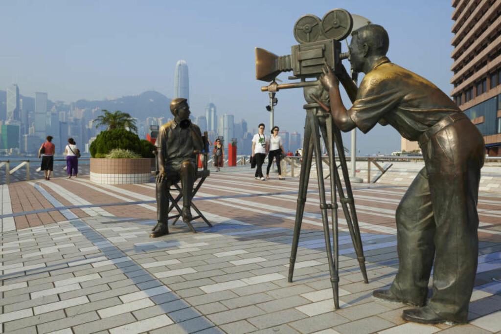 STJERNEPROMENADEN: Helt nede ved vannet på Kowloon-siden ligger promenaden Avenue of Stars - Hong Kongs svar på Walk of Fame. Foto: TUUL AND BRUNO MORANDI / CORBIS / NTB SCANPIX