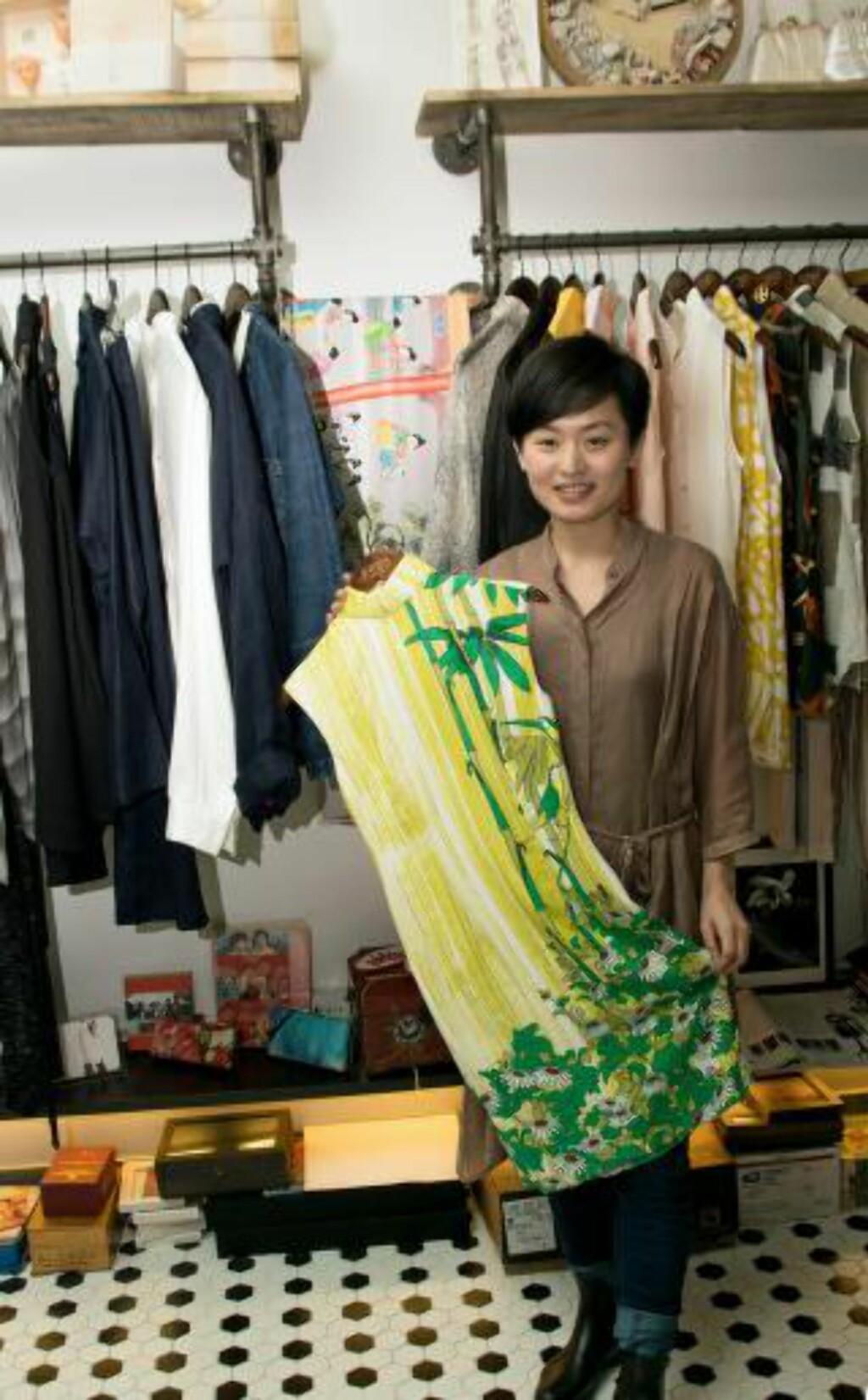 KREATIVE KLÆR: Den unge prisvinnende klesdesigneren Janko Lam, tar elementer fra gamle kinesiske kjoler og gjør dem moderne. Foto: MARI BAREKSTEN
