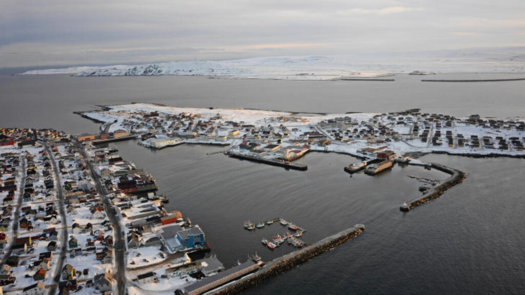 VARDØ: Det var ved moloen nede til høyre i bilde hvalrossen holdt på for seg selv søndag formiddag. Et uvanlig syn, melder arkitekt og fotograf Tormod Amundsen. Foto. Tormod Amundsen / Biotope