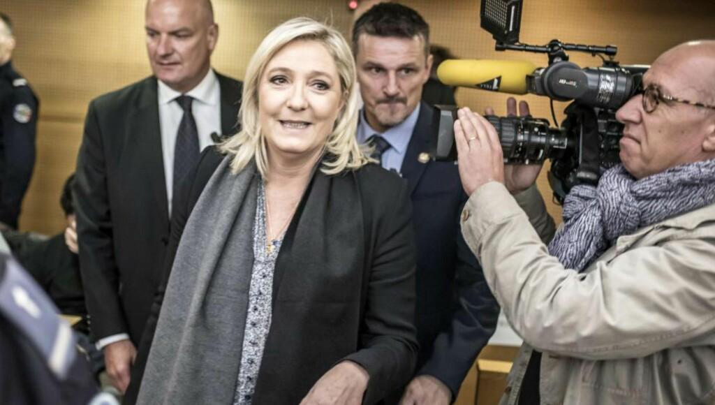 I RETTSSALEN: Lederen av det franske partiet Nasjonal Front, Marine Le Pen, måtte møte i retten tirsdag 20. oktober 2015. I 2010 ble hun anklaget for å ha oppfordret til rasehat, etter å ha sagt at muslimer som ber på gaten okkuperer fransk territorium, og at dette var som nazistenes okkupasjon. Kommentarene falt i forbindelse med valgkampen i desember 2010, da hun gjorde seg klar til å ta over partiet fra sin far. Foto: AFP PHOTO / JEAN-PHILIPPE KSIAZEK