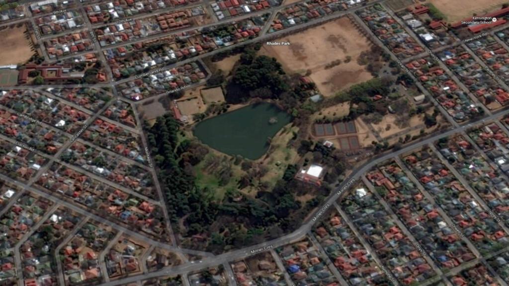 DRUKNET: I denne parken i Kensington i utkanten av Johannesburg ble de to mennene funnet bundet og druknet. Foto: Google Earth