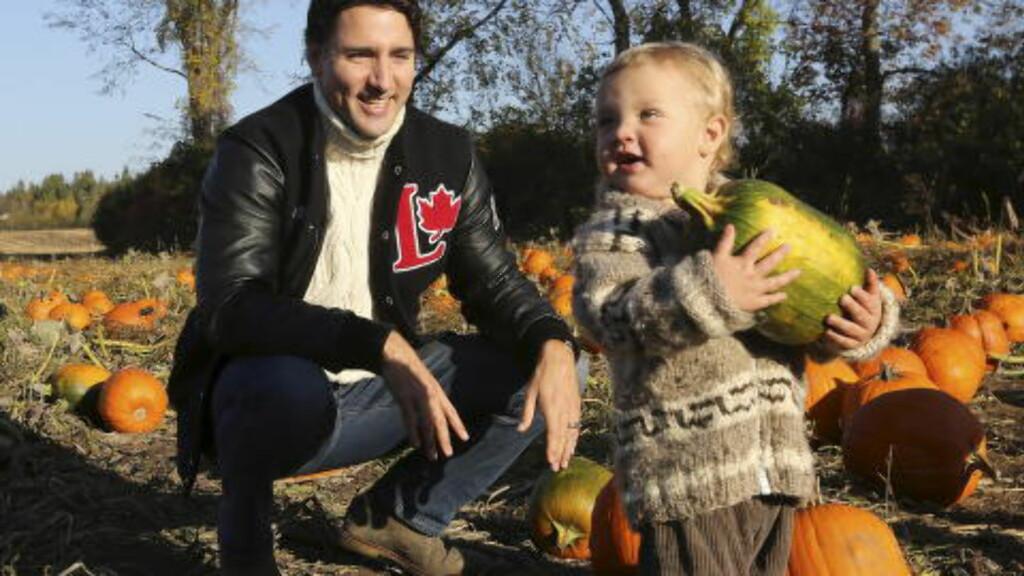 FAMILIEFAR:  Justin Trudeau og sønnen Hadrien på et gresskarjorde tidligere denne måneden. Foto: REUTERS / Chris Wattie / NTB scanpix