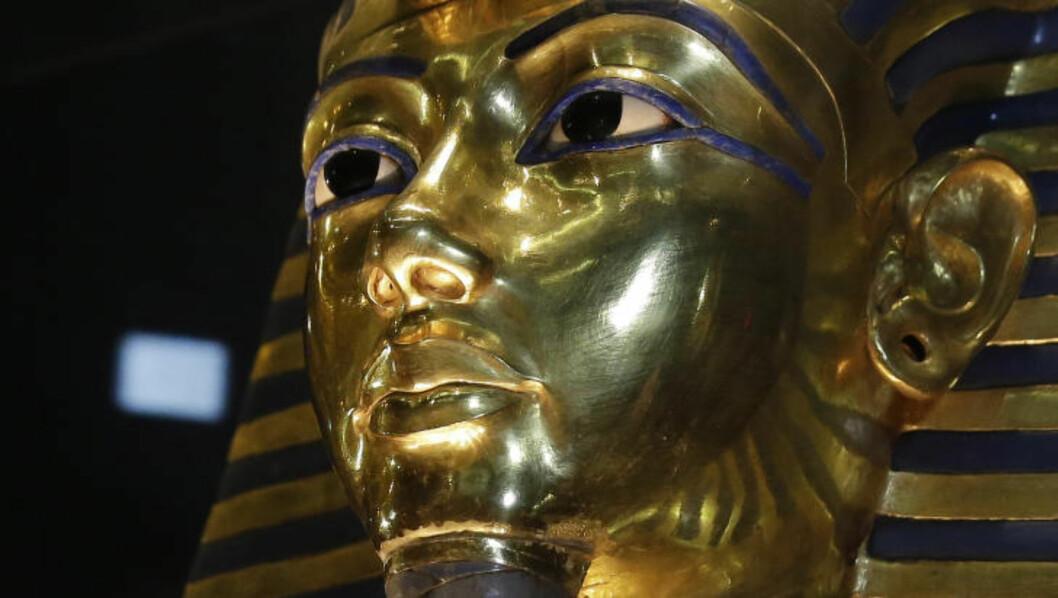 LIMT: Limkanten rundt maskens skjegg er fortsatt synlig, over ett år etter at en museumsansatt ved det egyptiske museet ved et uhell brakk av skjegget da han skulle rengjøre belysningen rundt masken. Foto: AP Photo / Hassan Ammar, File