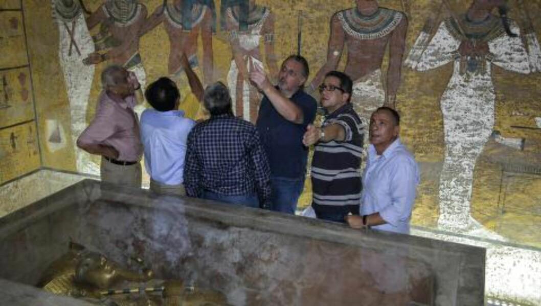 TUTANKHAMONS GRAV: Funnet av Tutankhamons grav har lenge vært regnet som et av de største og mest ikoniske arkeologiske funnene gjort i Egypt. Nå viser det seg at gravkammeret kan bære på større hemmeligheter enn man tidligere har trodd. På bildet står flere arkeologer og den britiske egyptologen Nicholas Reeves i gravkammeret. Foto: EPA / STRINGER