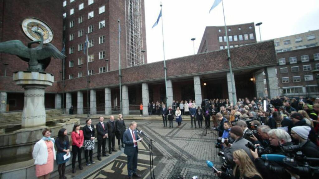 MYE OPPMERKSOMHET:  Det var et stort presseoppbud da hovedstadens nye byregjering ble presentert utenfor Oslo rådhus i dag. Foto: Bjørn Langsem / Dagbladet