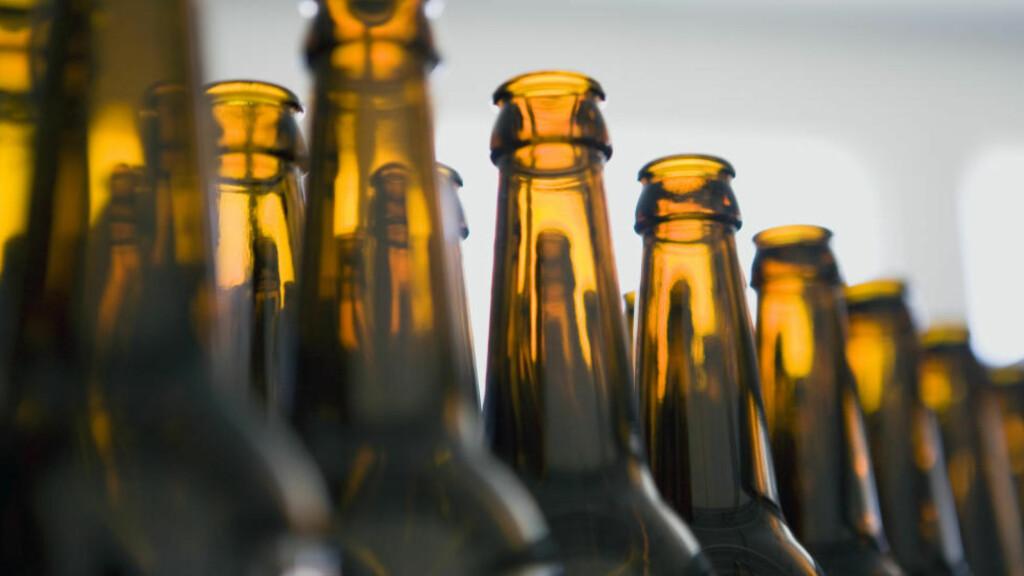PÅ REKKE OG RAD: Tomme flasker på rekke og rad, klare til påfylling. Foto: NTB SCANPIX