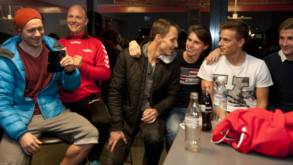 FEIRET OPPRYKK:  Brann-spillerne fulgte Sogndals seier via tv på Brann stadion. Foto: Tor Erik H. Mathiesen / NTB Scanpix