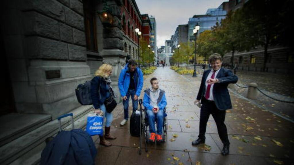 KLAR TIL DYST: Torbjørn Kiil Karlsen og familien på vei inn til Høyesterett torsdag denne uka. Hans advokat, Helge Husebye Haug, sjekker klokka. Foto: Bjørn Langsem.