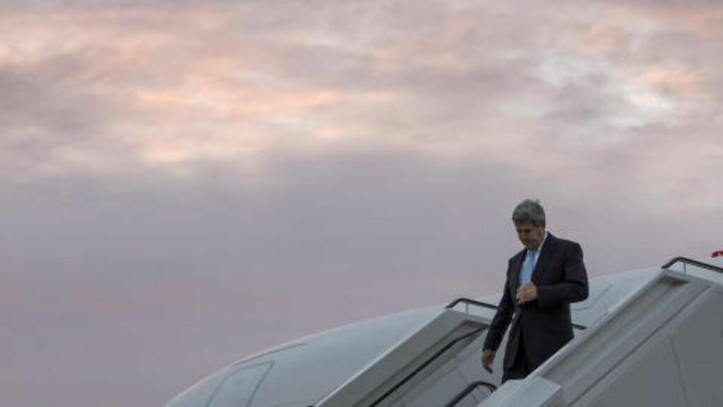 KOM TIL BERLIN TORSDAG:  USAs utenriksminister John Kerry går av flyet på Tegel-flyplassen i Berlin torsdag formiddag. Foto: Carlo Allegri, Reuters/NTB Scanpix.