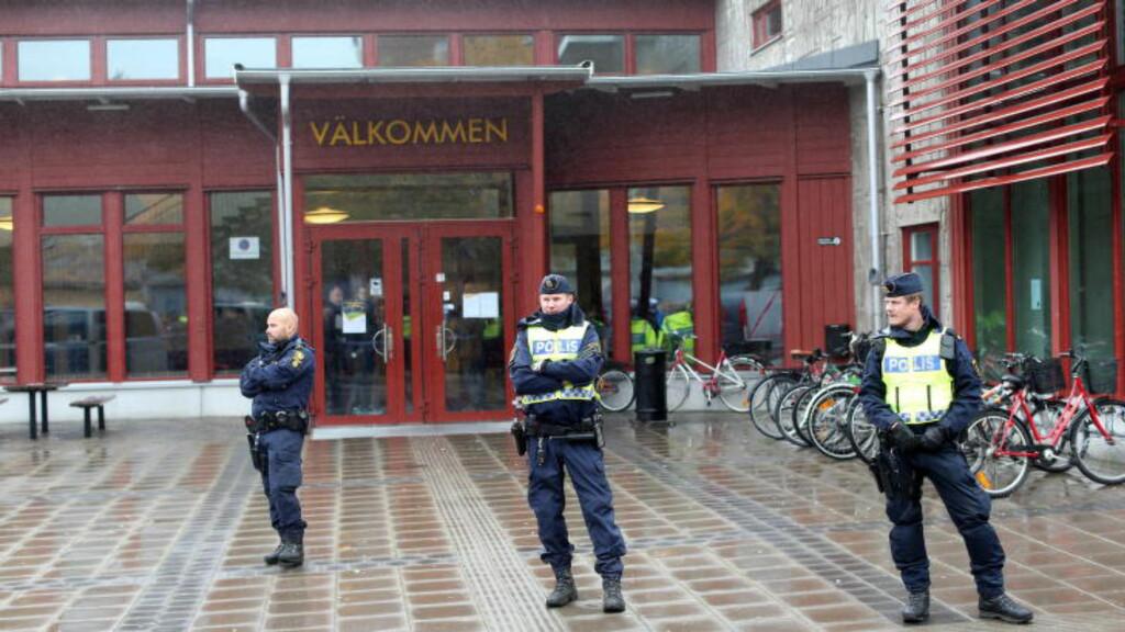 SKOLEDRAP: En person er bekreftet drept etter at en maskert mann tok seg inn på en skole i Sverige og knivstakk elever og lærere med et sverdliknende våpen.  Foto:  Foto: Bjorn Larsson Rosvall / TT / Scanpix