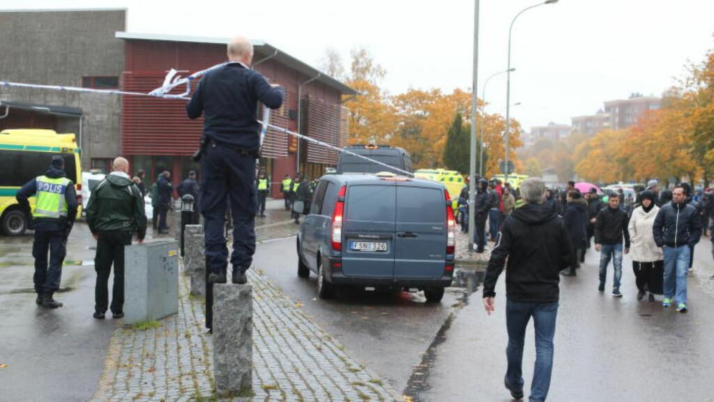 DESPERATE PÅRØRENDE: Politiet forteller at flere foreldre har forsøkt å ta seg forbi sperringene for å finne barna sine etter kniv- og/eller sverdangrepet på skolen.  Foto: Bjorn Larsson Rosvall / TT / Scanpix