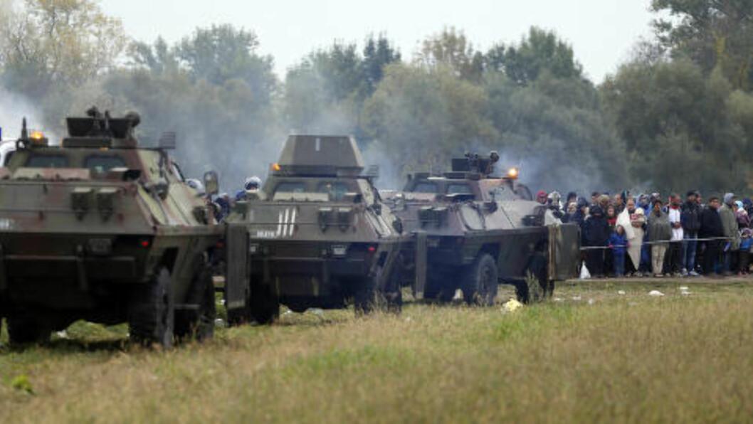 TANKS:  Slovensk militære prøvde å lage en mur av tanks mot Kroatia i grensebyen Rigonce. Torsdag formiddag ga de opp i frykt for at flyktninger skulle trampe hverandre i hjel. Foto: Darko Bandic, AP/NTB Scanpix.