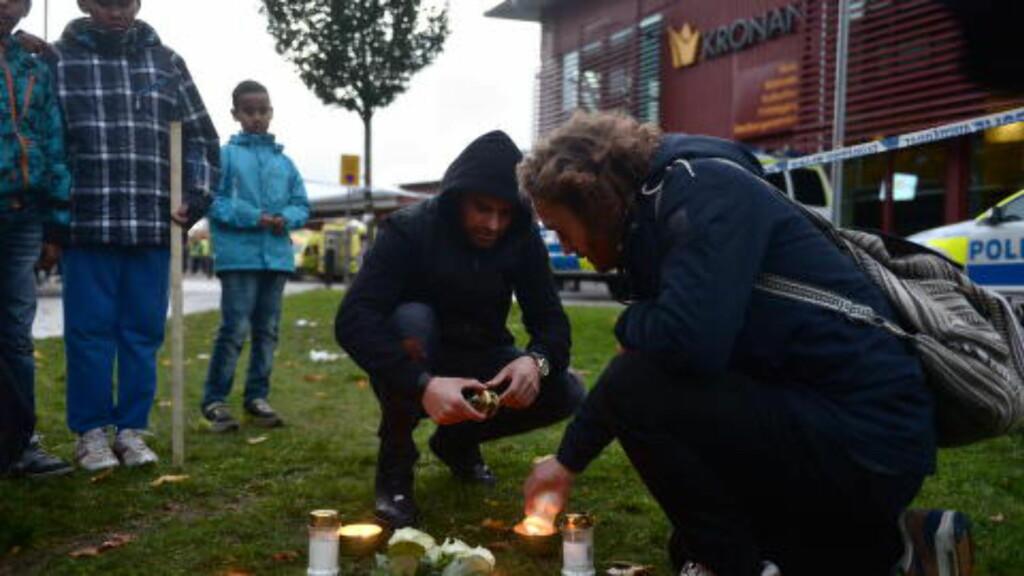 TENNER LYS:  Utenfor Kronan skole i Trollhättan har flere personer begynte å tenne lys for å minnes de døde. Foto: Thomas Rasmus Skaug / Dagbladet