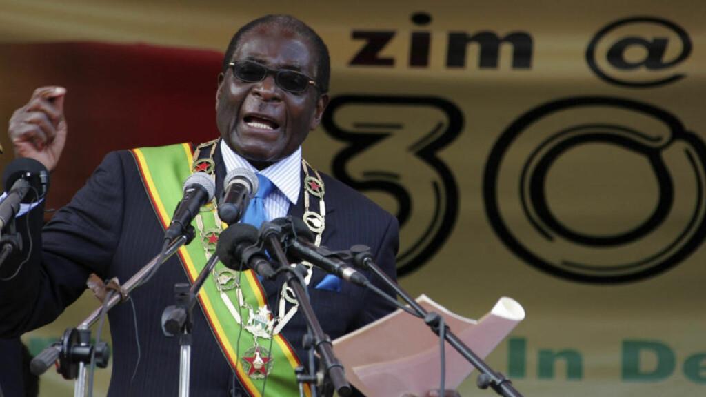 SIDEN 1980:  Robert Mugabe ble statsminister i Zimbabwe i 1980 og har vært president siden 1987. Han har vunnet flere demokratiske valg, valg som har blitt kritisert for juks av internasjonale valgobservatører. I år ble Mugabe også valgt som leder for Den afrikanske union (AU). Foto: Philimon Bulawayo / Reuters / NTB scanpix