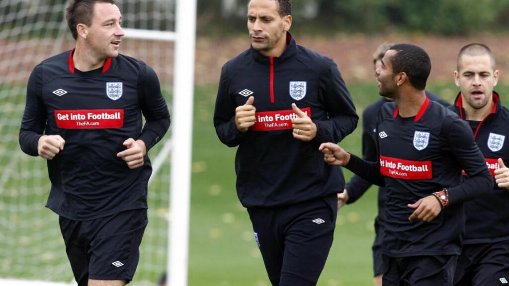 SIDE OM SIDE: John Terry, Rio Ferdinand og Ashley Cole legger uvennskapet til side og spiller side om side i en veldedighetskamp på Old Trafford. Dette bildet er tatt i 2010, før rettssaken som gjorde at de tre røk uklar.