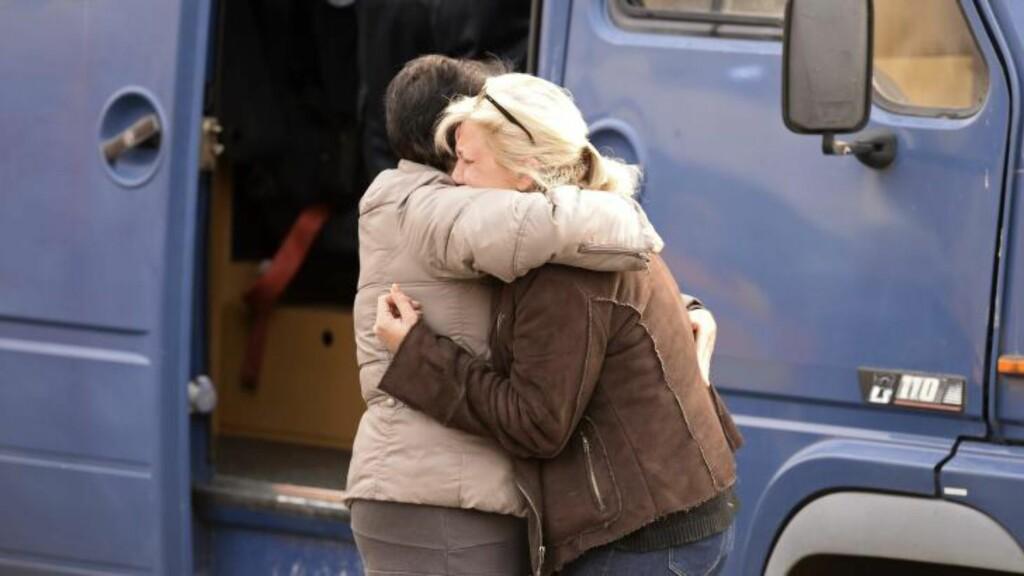 I SORG: Lokele beboere i nærheten av Puisseguin reagerer med sjokk og sorg på ulykken der en stor gruppe pensjonister på tur døde da bussen de satt i krasjet med en lastebil. Foto: AFP PHOTO / JEAN-PIERRE MULLER