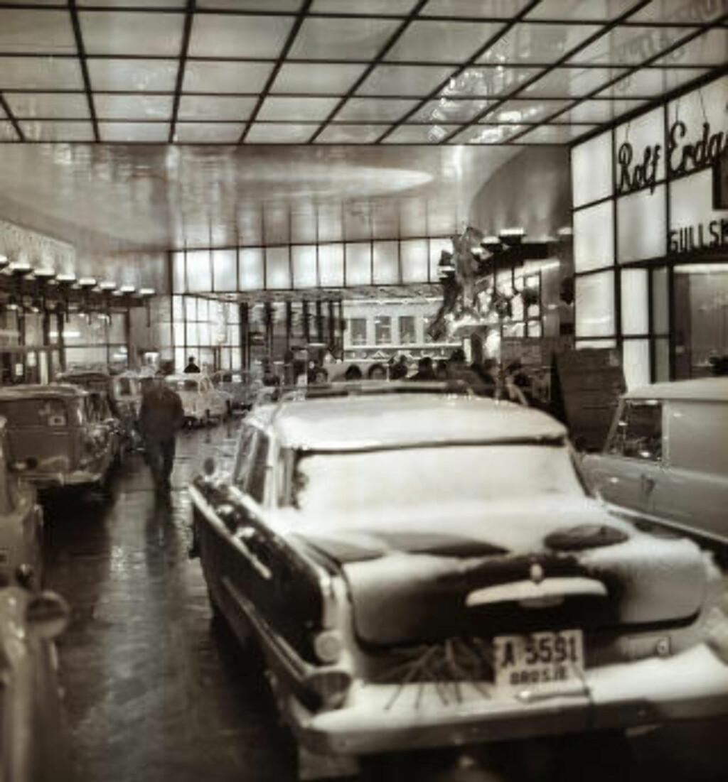 UNDER TAK: Det kanskje mest iøyenfallende synet er bilene inne i Folketeaterpassasjen. Foto: Arbeiderbladet / Arbeiderbevegelsens arkiv og bibliotek