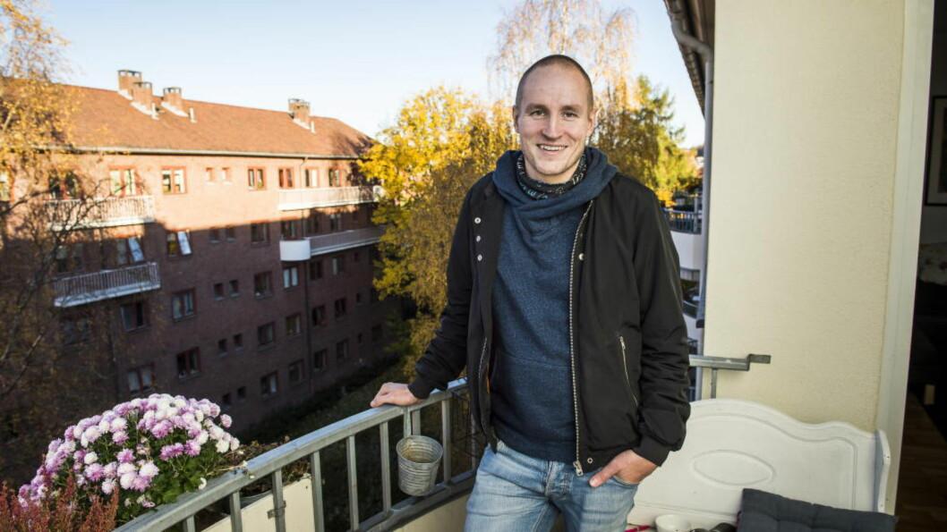 TILBAKE I BYEN: Filmregissør og skuespiller Ole Giæver hjemme på verandaen på Bjølsen i Oslo, der han spiller inn sin nye film «Fra Balkongen».  Foto: Lars Eivind Bones / Dagbladet