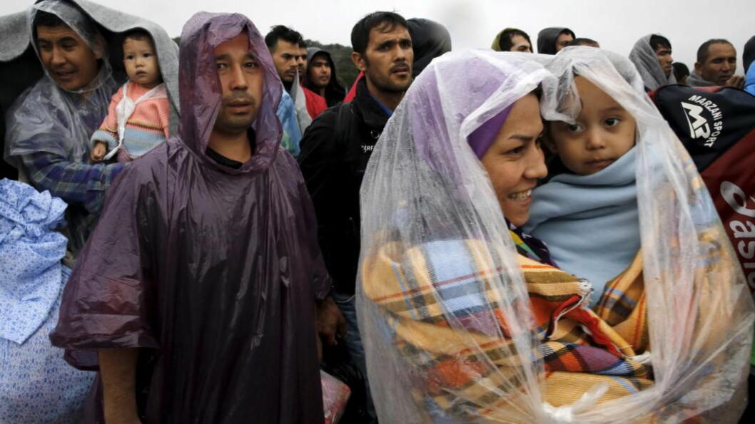 VENTER PÅ BUSSEN: Afghanske migranter venter på å komme ombord på en buss på den greske øya Lesvos i Hellas i går. Foto: REUTERS/Yannis Behrakis