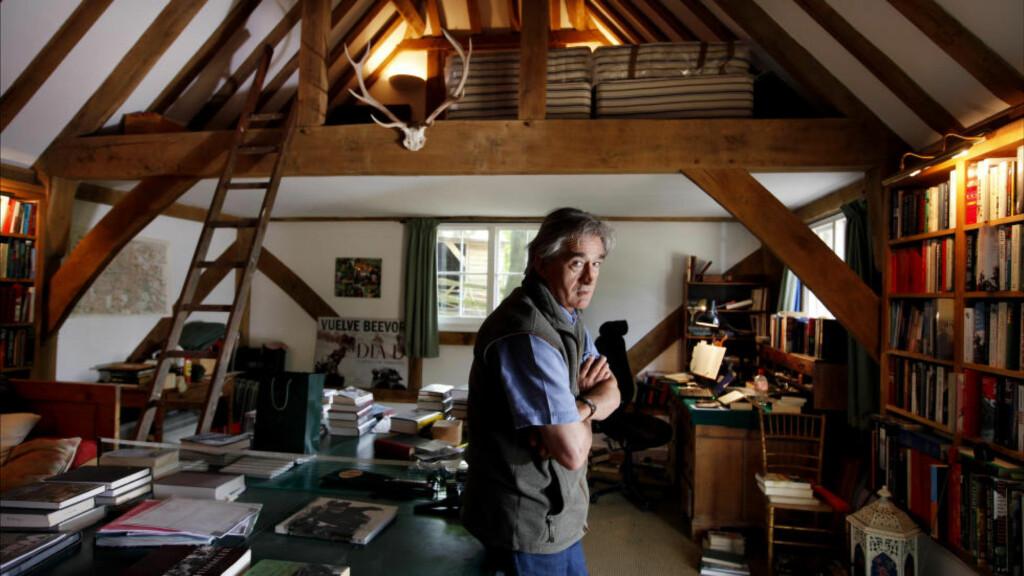 KUNNSKAPSRIK: Med sin nye bok befester Antony Beevor sin stilling som den store krigskronikøren. Her på kontoret sitt, i en låve i Canterbury. Foto: NTB Scanpix / David Sandison/Writer Pictures