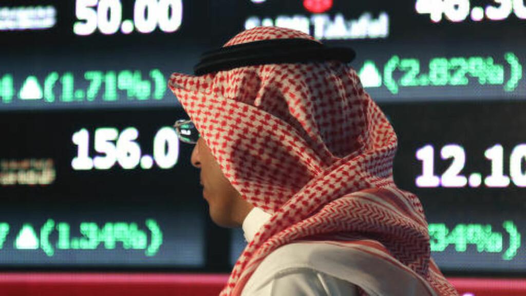 LITE Å GLEDE SEG OVER: En saudier på børsen i Riyadh registrerer at kursene ikke lenger automatisk peker oppover. Foto: Hasan Jamali / AP / NTB Scanpix