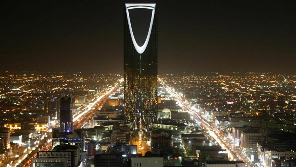 NEDGANGSTIDER: Landemerket Kingdom Tower i hovedstaden Riyadh er et av mange symboler på Saudi-Arabias velstand. Nå frykter Det internasjonale pengefondet (IMF) at landet går konkurs innen fem år. Foto: Ali Jarekji / Reuters / NTB Scanpix