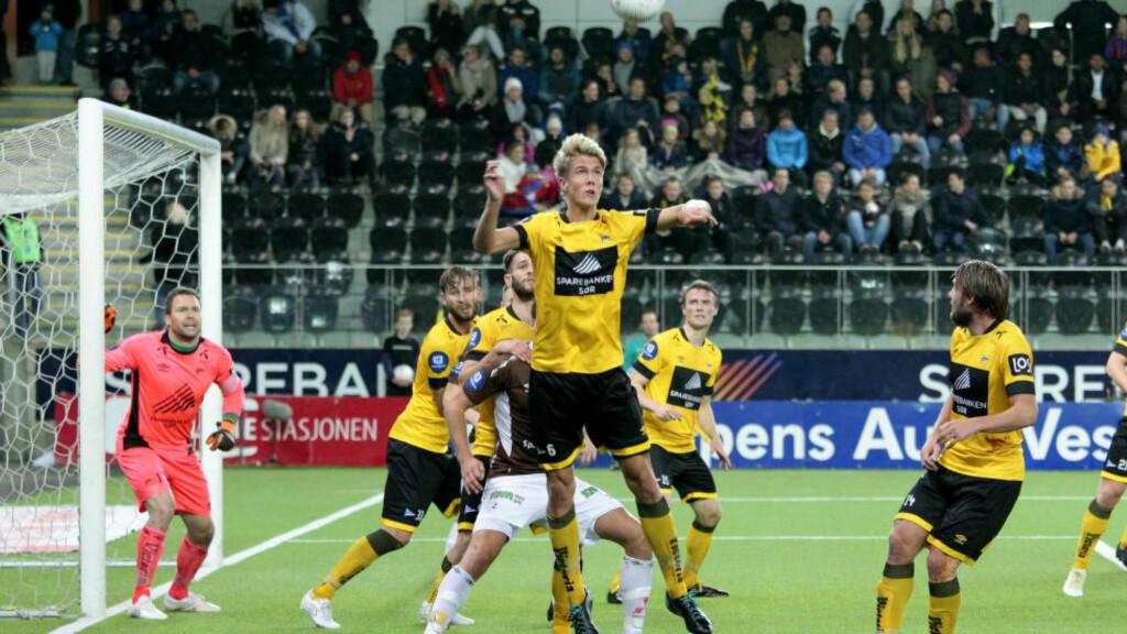 1-1: Kristoffer Vassbakk Ajer (i lufta) rydder unna ballen i kampen mot Mjøndalen fredag. Foto: Tor Erik Schrøder / NTB scanpix