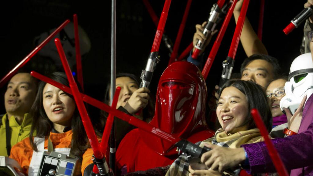 REBELLER OG STORMTROPPER: «Star Wars: The Force Awakens» har premiere 18. desember og forberedelsene er i gang verden over. Her ses kinesiske «Star Wars»-fans med lyssabler under en tilstelning sist tirsdag ved Juyongguan-seksjonen av Den kinesiske mur. Foto: Scanpix / Mark Schiefelbein