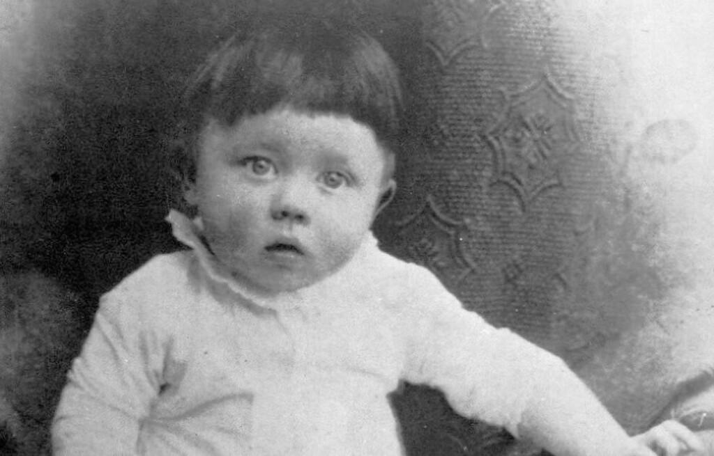 FØREREN SOM BARN:  Adolf Hitler vokste opp til å bli en av de mest brutale lederne verden noen gang har sett. Dette, tatt i Braunau 1890, er det første kjente bildet tatt av han. Foto: Scanpix