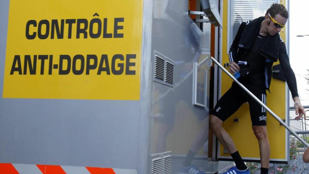 MINDRE AV DETTE: Testingen er det dyreste den britiske antidopingorganisasjonen foretar seg. Her testes Bradley Wiggins. EPA/STR