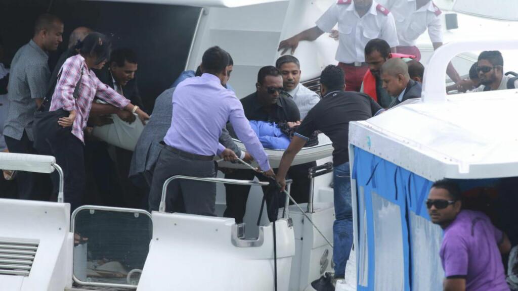 EKSPLOSJON I PRESIDENT-BÅTEN:  En skadd kvinne blir båret ut av båten til Maldivenes president Abdulla Yameen etter en eksplosjon om bord da båten lå ved Male 28. september. Foto: Waheed Mohamed, Reuters/NTB Scanpix.