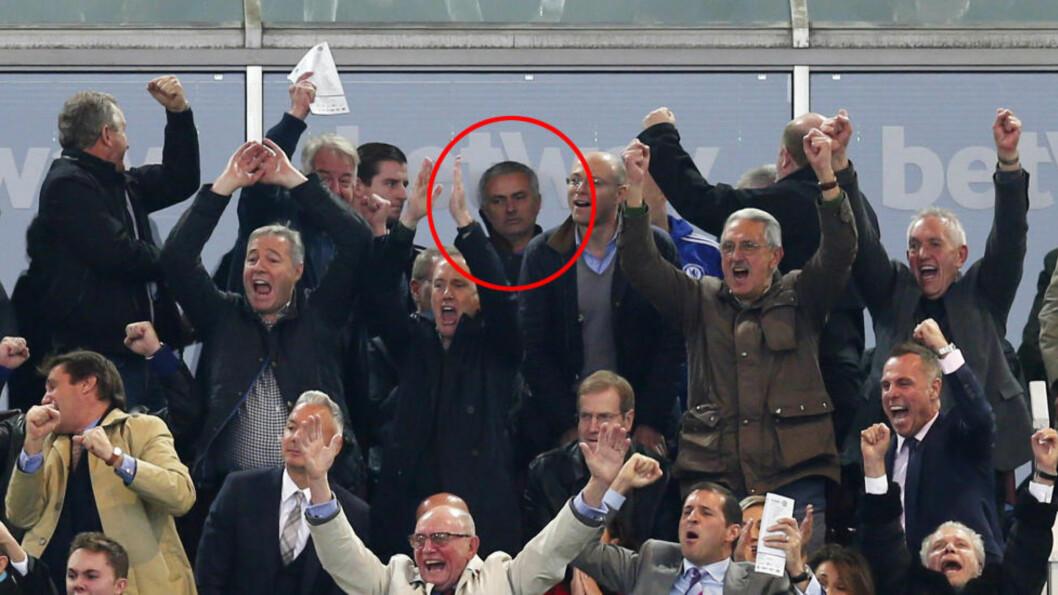 IKKE FORNØYD: Da West Ham satte inn 2-1-scoringa brøt det ut full jubel på tribuna. Mourinho var derimot ikke like blid. Foto: NTB Scanpix