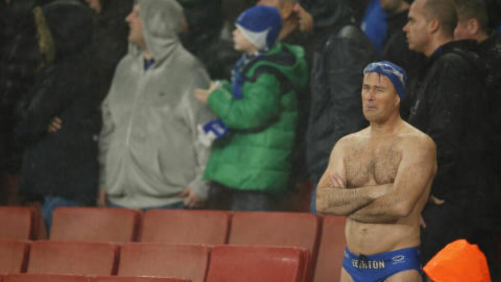DEPPET:  Random Everton-supporter på tribunen. Foto: NTB Scanpix