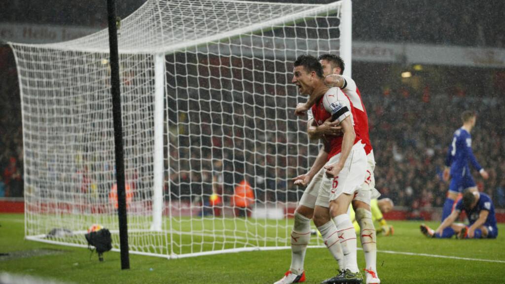 KAN FEIRE TRE NYE POENG:   Laurent Koscielny og  Olivier Giroud sikret seieren for Arsenal. Foto: NTB Scnapix