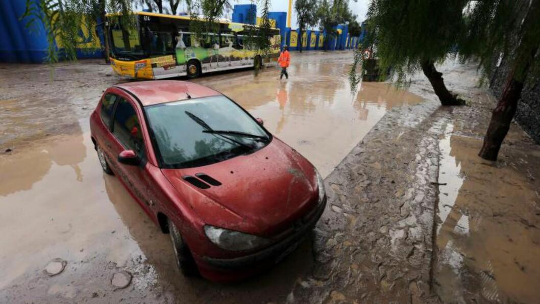 FLOM:  Uværet skal ha rammet byen Telde verst. Dette bildet er fra en gate i Las Palmas. Foto: EPA/ELVIRA URQUIJO A.