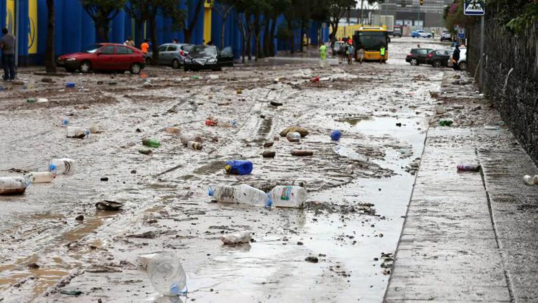 OVERSVØMT: Bildet viser søppelet etter overflømmelser i en gate i byen Las Palmas. Foto: EPA/ELVIRA URQUIJO A.