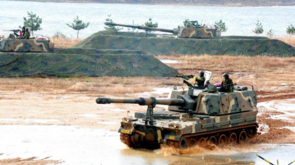 GRENSEPOST:  Slik er den sørkoreanske marinen oppstilt i sjøkanten på øya Yeonpyeong med K-9 tanks. Her under en markering 23. november 2011 på ettårsdagen for det såkalte tredje slaget på øya. Foto: Yonhap/AP/NTB Scanpix.