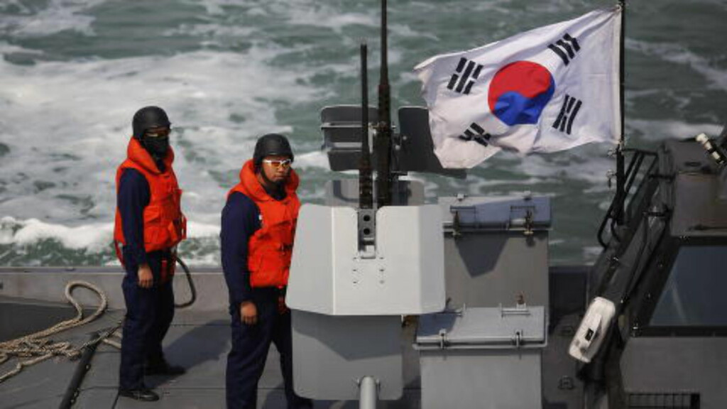 SPEIDER MOT NORD:  Sørkoreansk marine på tokt utenfor grenseøya Yeonpyeong i april 2014. Foto: Damir Sagolj, Reuters/NTB Scanpix.