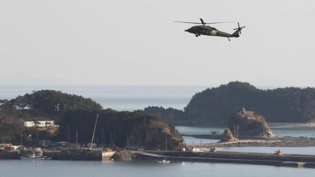 MELLOM SØR OG NORD:  Den svært stragiske Yeonpyeong-øya er Sør-Koreas utkikkspost mot nordkoreansk farvann. Natt til søndag skjedde den alvorligste konfrontasjonen her siden et nordkoreansk granatangrep mot øya 23. november 2010. Dette sjeldne oversiktsbildet er tatt dagen etter angrepet for fem år siden av det sørkoreanske nyhetsbyrået. Arkivfoto: Yonhap/Reuters/NTB Scanpix.