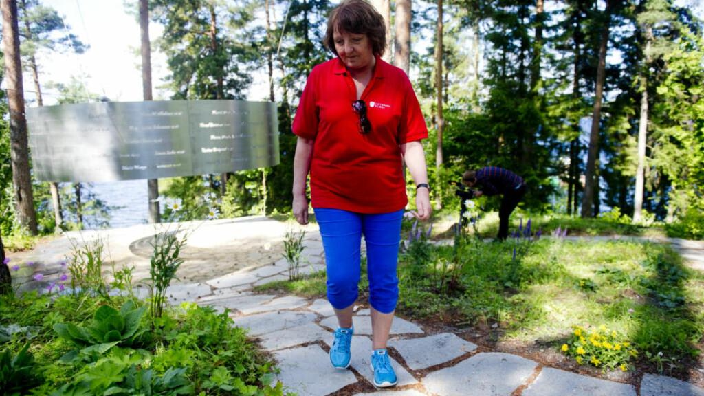 VIL HA RETTSSAK I FENGSELET:   Leder for støttegruppa av 22. juli, Lisbeth Kristine Røyneland,ved det nye minnesmerket på Utøya. Foto: Jon Olav Nesvold, NTB Scanpix.