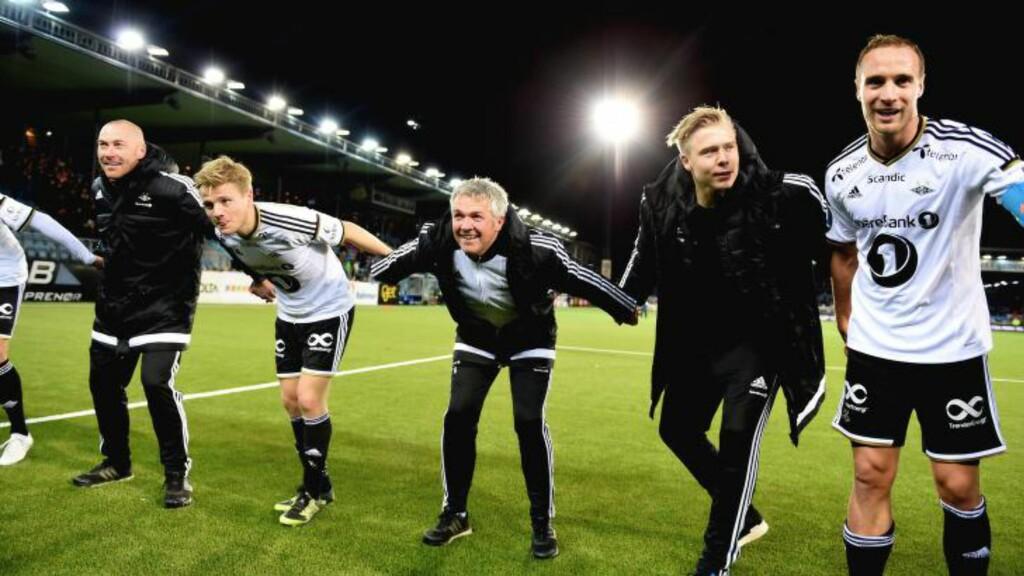 JUBEL: Kåre Ingebrigtsen ble med på jubelen - før han holdt takketale til fansen. Foto: Anders Hoven / Digitalsport