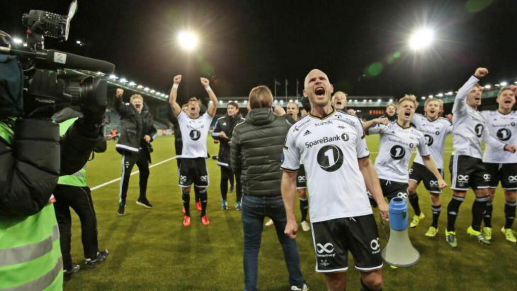 SERIEMESTERE: Rosenborg-spillerne jubler for gullet foran supporterne som hadde tatt turen fra Trondheim. Foto: Nina Hansen