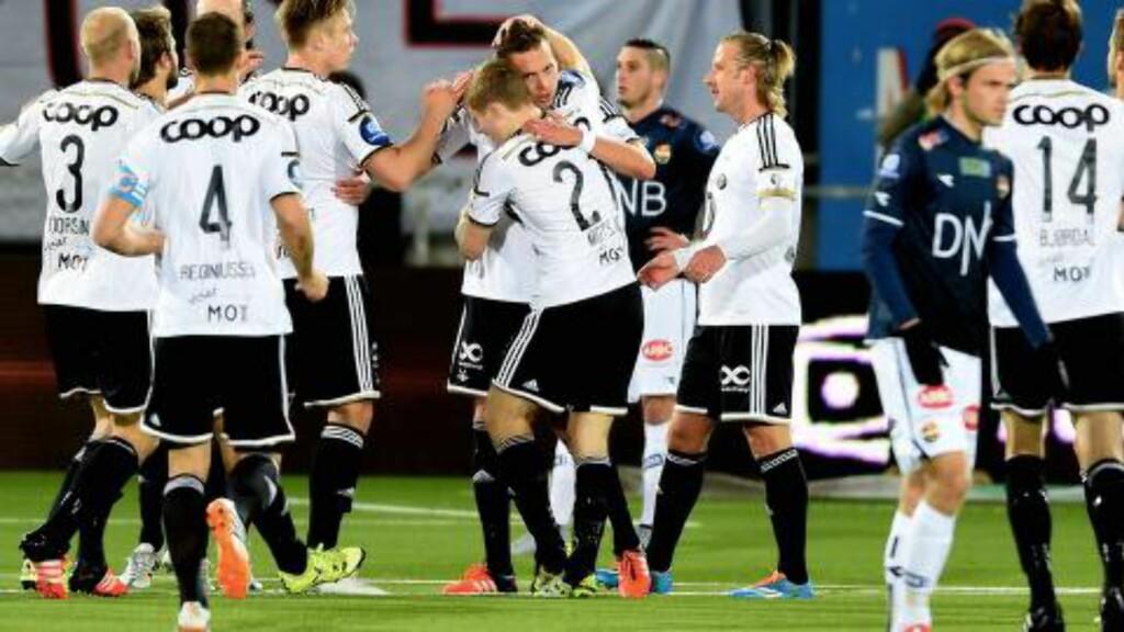 GRATULERES:  Anders Konradsen jubler for et av sine to mål mot Strømsgodset. Foto: Anders Hoven / Digitalsport.