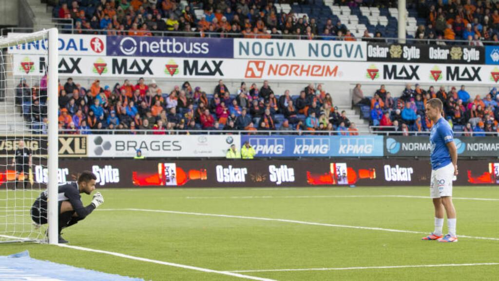 KREATIV: Moldes Tommy Høiland tar nye metoder til verks for å skape problemer for motstanden. Her blokkerer han utsikten når Sten Grytebust skal stille opp muren. Foto: Svein Ove Ekornesvåg / NTB scanpix