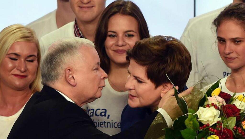 GRATULASJONS-KLEM: Jaroslaw Kaczynski, til venstre, gratulerer Beata Szydlo. Foto: AFP PHOTO / JANEK SKARZYNSKI / NTB Scanpix